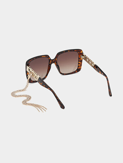 Sun glasses with brown frames and metal detail - 3