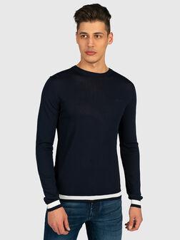 Пуловер в тъмно син цвят с лого на гърдите - 1