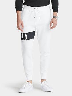 Спортен панталон с контрастен лого принт - 1