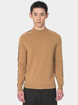Пуловер в бежов цвят с контрастни ленти - 1