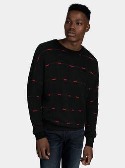 Черен пуловер с червени акценти - 1