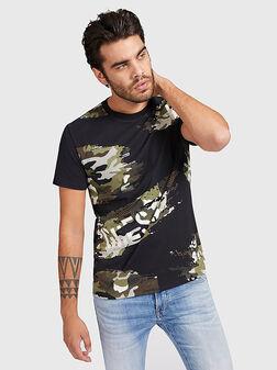 Черна тениска с камуфлажен принт - 1