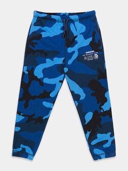 Спортен панталон в син камуфлажен принт - 1