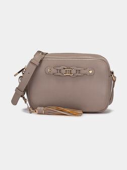 Кросбоди чанта с акцентен пискюл - 1