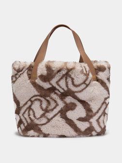 Ръчна чанта с пухкав еко косъм - 1