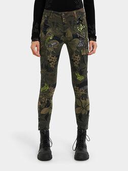 Карго панталон с флорален принт - 1