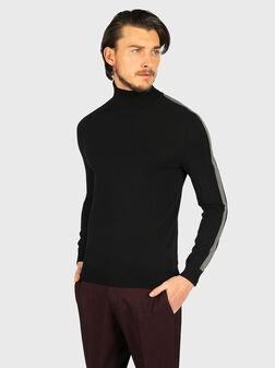 Черен пуловер с контрастни ленти - 1