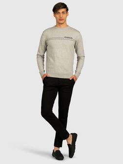Сив пуловер с контрастно лого - 1
