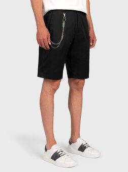Къси панталони с метална верига - 1