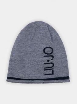 Сива плетена шапка с лого - 1