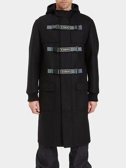 Палто с качулка и акцентно закопчаване - 1
