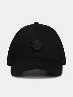 Черна бейзболна шапка с лого бродерия - 1