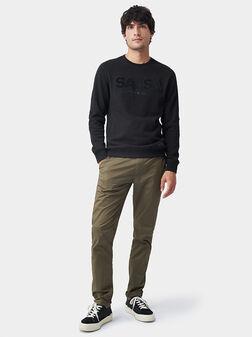 Черен пуловер с лого детайл - 1
