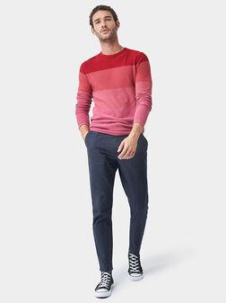 Пуловер с червен раиран принт - 1