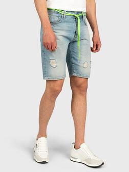 Дънкови къси панталони ARGON с неонов детайл - 1