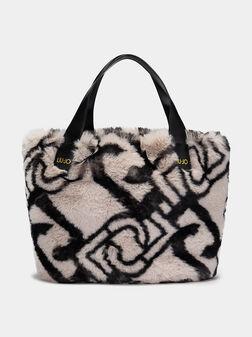 Чанта с еко косъм и монограмен принт - 1