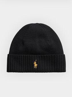 Черна вълнена плетена шапка с лого бродерия - 1