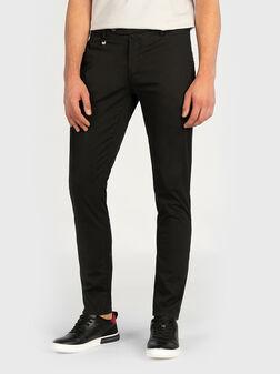 Слим панталон в черен цвят - 1