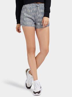 Къси панталони в сив цвят с лого принт - 1