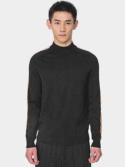Пуловер в черен цвят с конрастни ленти - 1
