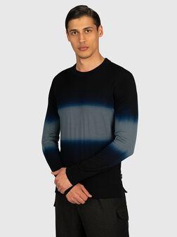 Пуловер с преливащ ефект в син цвят - 1