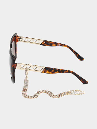 Sun glasses with brown frames and metal detail - 2