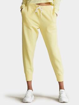 Спортен панталон в жълт цвят - 1