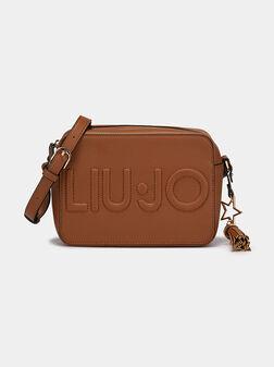 Чанта в кафяв цвят с лого релеф - 1