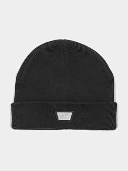 Плетена шапка с лого плочка - 1