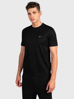 Черна тениска с акцентна апликация  - 1