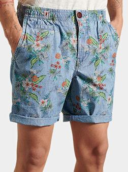 Къс чино панталон с флорален принт - 1